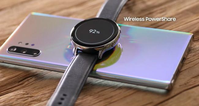 Обратная зарядка позволяет заряжать часы и другие устройства